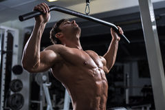 Bodybuilder in der Gymnastik Lizenzfreies Stockbild