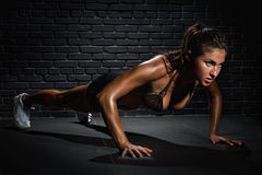 Bodybuilder, der hochdrückt Lizenzfreies Stockfoto
