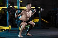 Bodybuilder, der mit Gewichten trainiert Lizenzfreie Stockbilder