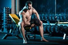 Bodybuilder, der mit Gewichten trainiert Stockbilder