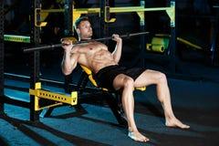 Bodybuilder, der mit Gewichten trainiert Lizenzfreies Stockbild