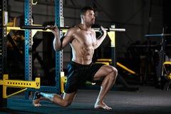 Bodybuilder, der mit Gewichten trainiert Stockbild