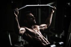 Bodybuilder, der Schwergewichts- Übung für Rückseite tut stockbild