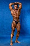 Bodybuilder, der seine Muskeln biegt Lizenzfreie Stockfotos