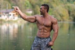 Bodybuilder, der seinen gut ausgebildeten Körper zeigt lizenzfreie stockfotos