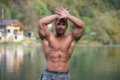 Bodybuilder, der seinen gut ausgebildeten Körper zeigt stockbilder