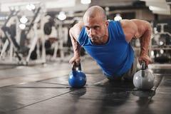 Bodybuilder, der Stoß upsat ausarbeitet und tut Lizenzfreie Stockfotografie