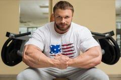 Bodybuilder in der Turnhalle lizenzfreies stockbild