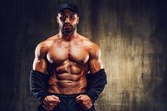 Bodybuilder des starken Mannes stockbilder