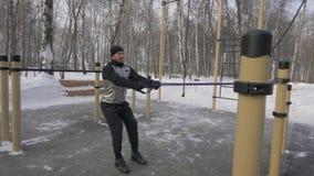 Bodybuilder die anaërobe oefening met expander bij de openlucht de winter opleiding opleiden Stock Foto's