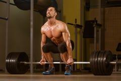 Bodybuilder die Deadlift voor Rug doen Stock Afbeeldingen
