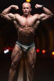 Bodybuilder die Front Double Biceps Poses In-Tunnel uitvoeren royalty-vrije stock fotografie