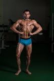 Bodybuilder die Front Lat Spread Poses uitvoeren stock foto's