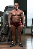 Bodybuilder die Front Relaxed Pose uitvoeren Royalty-vrije Stock Foto