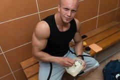 Bodybuilder die Gezonde voedingvoedsel eten uit Tupperware royalty-vrije stock afbeeldingen