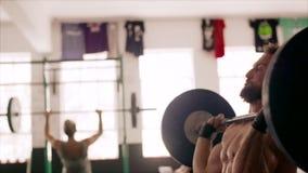 Bodybuilder die krachtig geschiktheidsregime doen bij de gymnastiek stock video