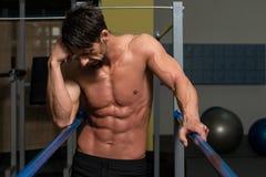 Bodybuilder die na het Uitoefenen op Brug rusten Royalty-vrije Stock Foto's