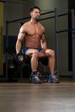 Bodybuilder die Schouders met Domoren uitoefenen Royalty-vrije Stock Foto's
