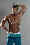Bodybuilder die Triceps met Domoren op Grey Background uitoefenen Royalty-vrije Stock Foto