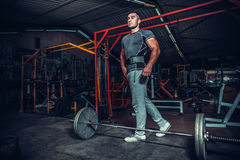 Bodybuilder die voor deadlift van barbell voorbereidingen treffen Royalty-vrije Stock Afbeelding