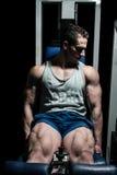 Bodybuilder die zwaargewicht oefening voor benen op machinebeen doen royalty-vrije stock foto