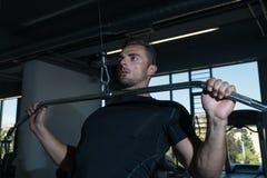 Bodybuilder die Zwaargewicht Oefening voor Rug doen Stock Foto