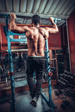 Bodybuilder die zwaargewicht oefening voor rug doen Stock Afbeeldingen