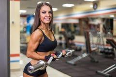 Bodybuilder dziewczyna z barbell Zdjęcia Royalty Free