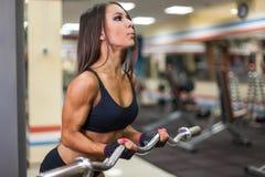 Bodybuilder dziewczyna z barbell obrazy royalty free