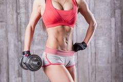 bodybuilder dziewczyna z dumbbell zdjęcie royalty free