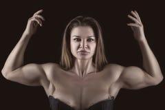 Bodybuilder dziewczyna z rękami podnosić up obrazy stock