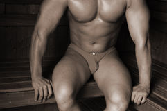 Bodybuilder in einer Sauna Stockfotografie