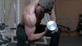 Bodybuilder em uma ginástica vídeos de arquivo