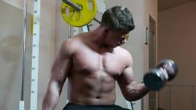 Bodybuilder em uma ginástica filme