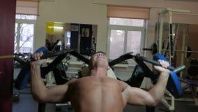 Bodybuilder em uma ginástica video estoque