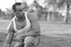 Bodybuilder en el parque Imagen de archivo libre de regalías