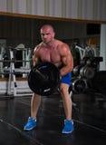Bodybuilder en la gimnasia Imágenes de archivo libres de regalías