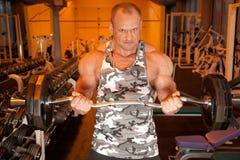 Bodybuilder en sitio del entrenamiento Imagen de archivo