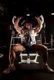 Bodybuilder en sitio del entrenamiento Imagenes de archivo
