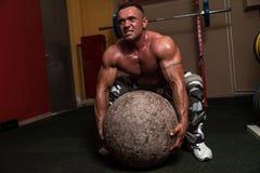 Bodybuilder essayant un exercice d'homme fort Photographie stock libre de droits