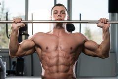 Bodybuilder exerçant des épaules avec le Barbell Images libres de droits
