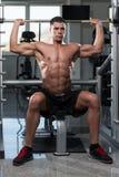 Bodybuilder exerçant des épaules avec le Barbell Photo libre de droits