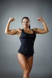 Bodybuilder féminin heureux montrant son biceps photo libre de droits