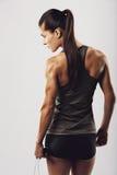 Bodybuilder féminin tenant la corde à sauter Photographie stock libre de droits