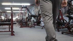 Bodybuilder geht zur Turnhalle Zeitlupevideo stock video
