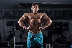 Bodybuilder in ginnastica Immagini Stock