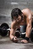 Bodybuilder grzywna - nastrajać jego odtwarzacza muzycznego Obrazy Stock