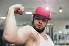 A bodybuilder guy in gym Royalty Free Stock Photography
