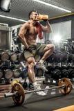 Bodybuilder in gymnastiek Stock Foto's