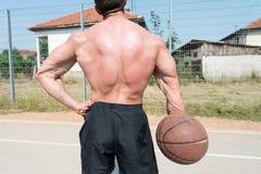 Bodybuilder het Spelen de Bal van de Basketbalholding royalty-vrije stock foto's
